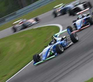 Борьба за победу во второй гонке ЮСФ2000 в Алабаме