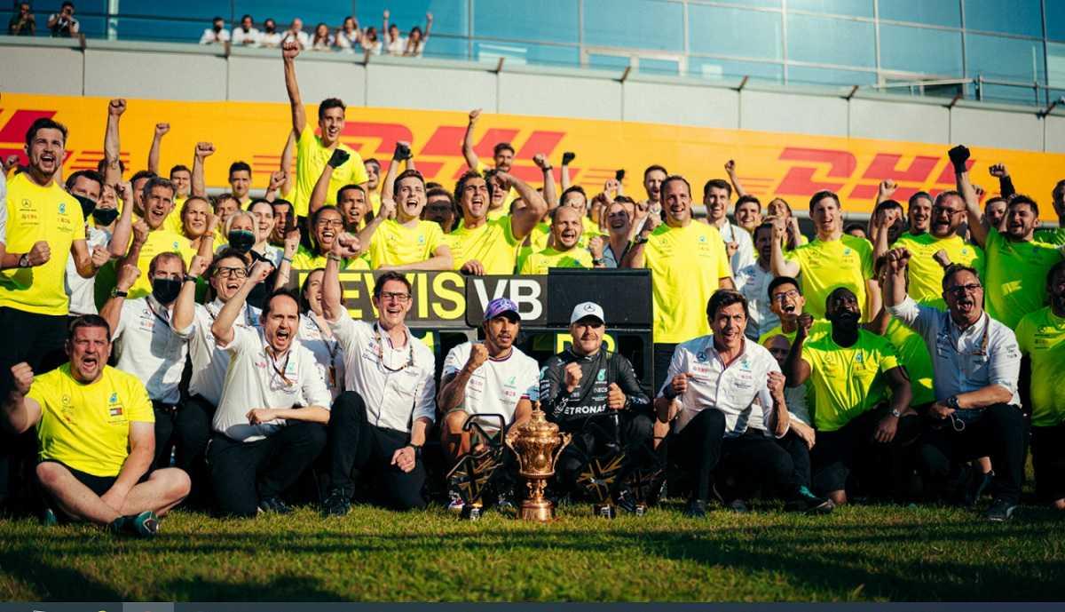 Хэмилтон с командой после победы в Гран-при Великобритании 2021 года
