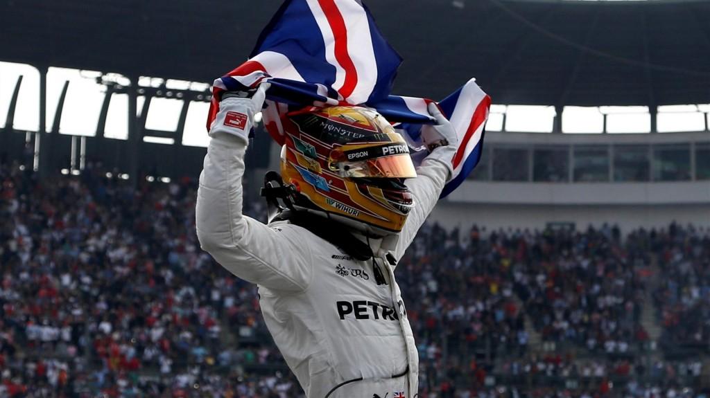 Льюис Хэмилтон празднует завоевание четвёртого титула в Мексике